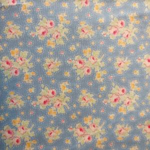 Patchwork stof i 100% bomuld, blå med blomster