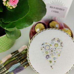 Broderet blomsterhjerte -stitch along/kursus
